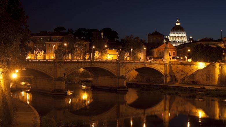 Roma Tevere Basilica di San Pietro di sera